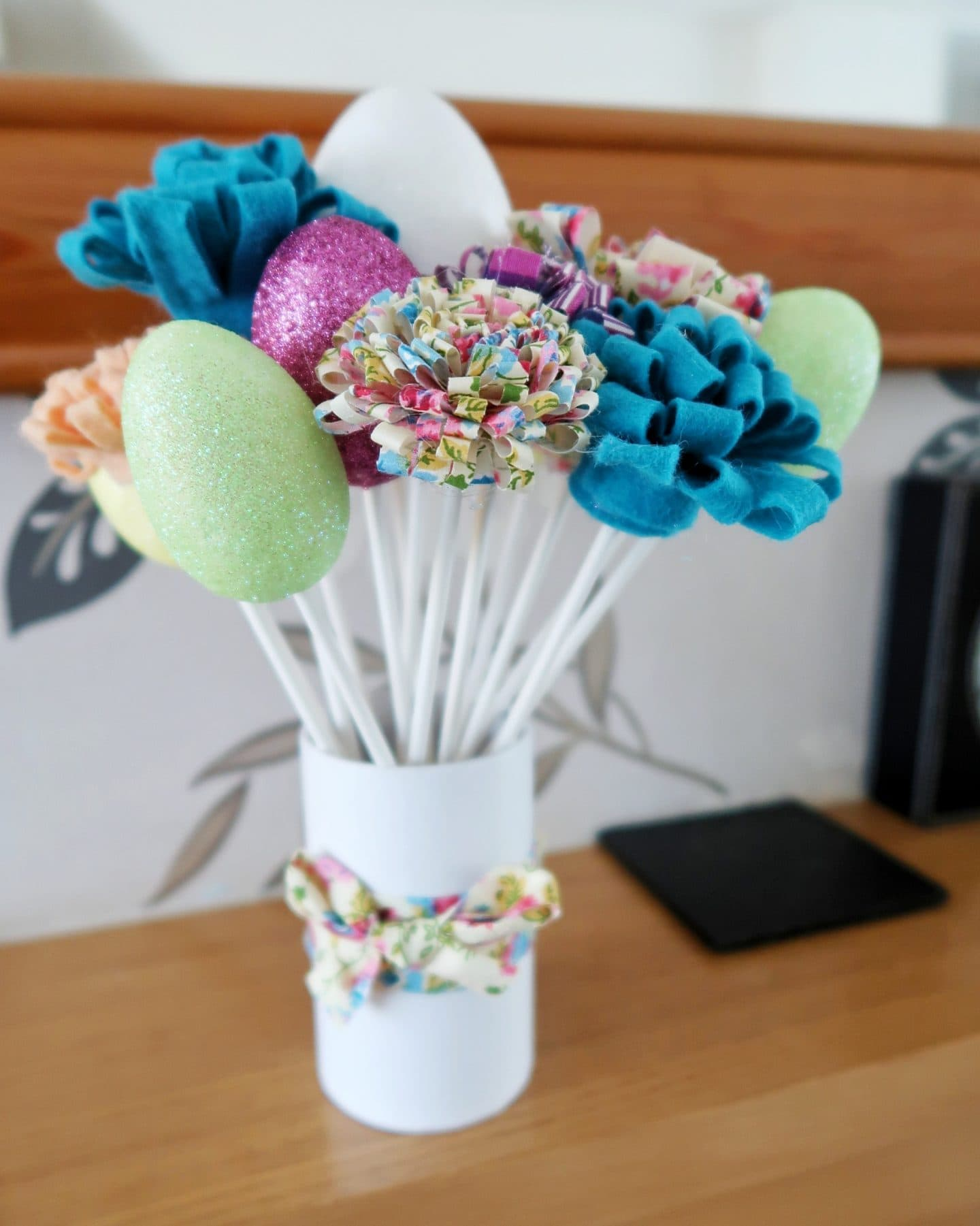 Final Easter decoration with fabric flowers and glitter eggs